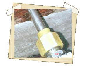Vlastní injektáž tlakem 30 - 40 barů ( na snímku je patrné  nasycování se dřeva  roztokem , primárně kolem injektoru )
