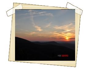 Romantický pohled na západ slunce z Pusteven (vlevo silueta Radhoště), zapadá za hřeben Jeseníků