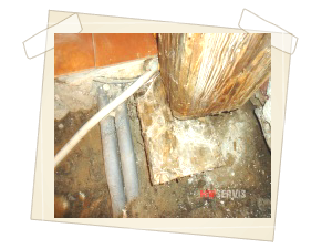 Zjištění příčiny - ponechané kusy fošen pod zárubněmi a vlhký násep