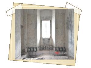 Různá umístění generátorů v sálech a celách