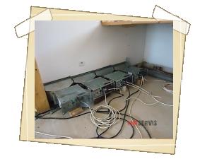 Vysušování základních vodorovných trámů a fermacelových stěn po havárii vodovodního řadu u montovaného RD Křtiny